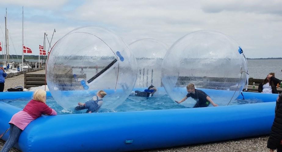 waterballs er en sjov aktivitet til konfirmation og et indslag der virkelig sætter prikken over iet.