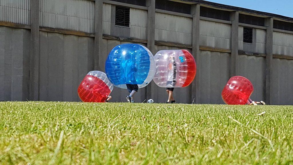 Blå Mandag i Næstved med bumper balls til blå mandag